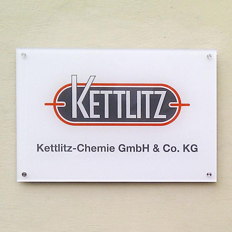 Firmenschild aus Plexiglas von der Rückseite beschriftet