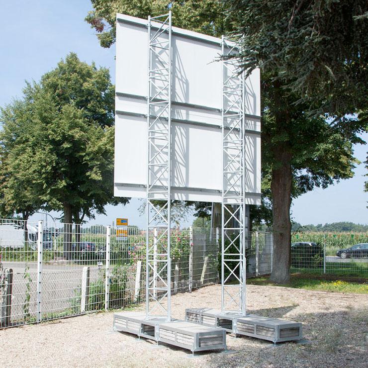 Mobiler Bauschild-Aufsteller aus Traversen-Rahmen