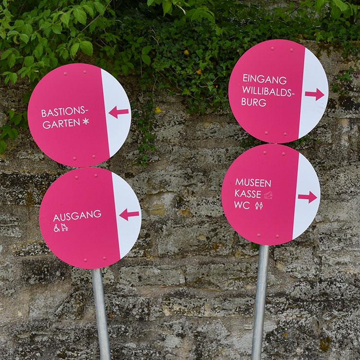 Runde Hinweisschilder zur geänderten Besucherführung während der Bautätigkeit