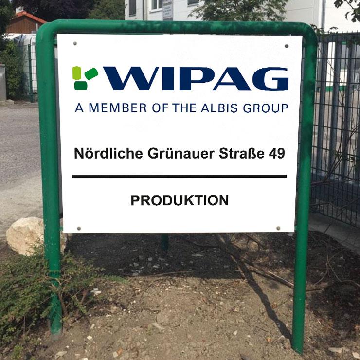 Firmenschild aus Aluverbund in Rohrrahmengestell.
