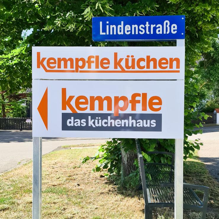 Leitsystem an Ortseinfahrt: Hinweisschilder aus Aluverbund montiert auf Schildergestell aus Vierkantrohren