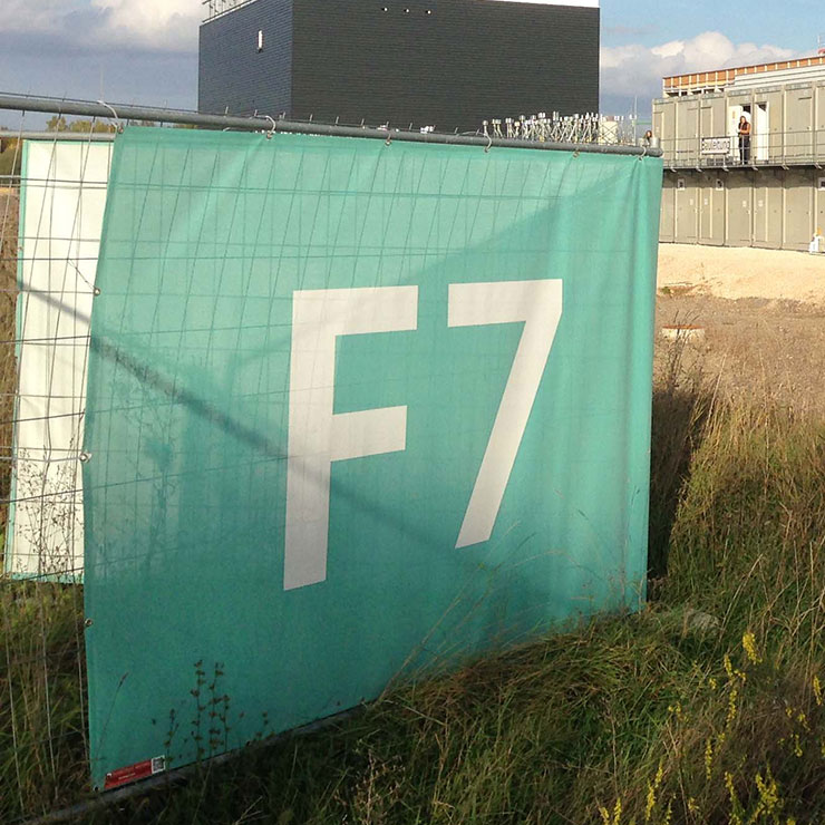 Netzplane auf Bauzaun für Baustellen-Leitsystem.