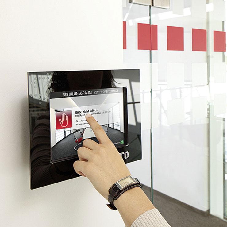 Digitales Türschild für Indoor-Leitsystem.