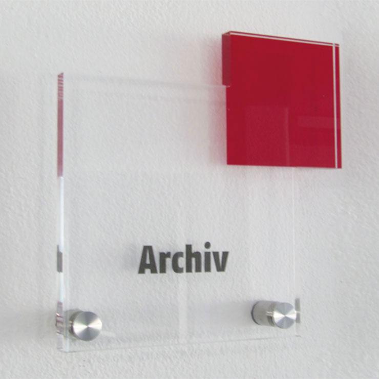 Türschild aus Acrylglas mit polierten Kanten und Edelstahl-Befestigung auf Abstand.