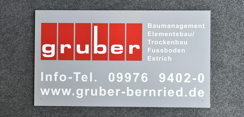 Firmenschild aus Hartschaum mit langlebigem und lichtechtem Siebdruck und mit Bohrungen versehen.