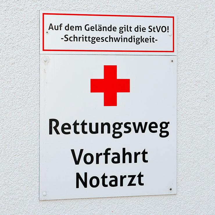 Beschilderung von Rettungswegen und Feuerwehrzufahrten.