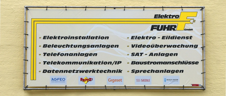 Werbebanner mit Befestigungssystem an Hausfassade