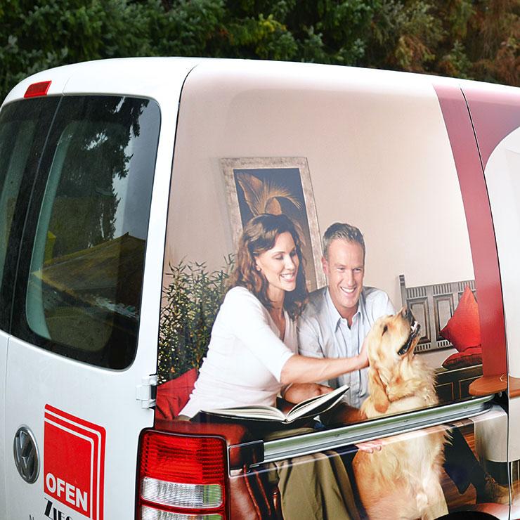 Professionelle Fahrzeugfolierung mit Bildmotiv.