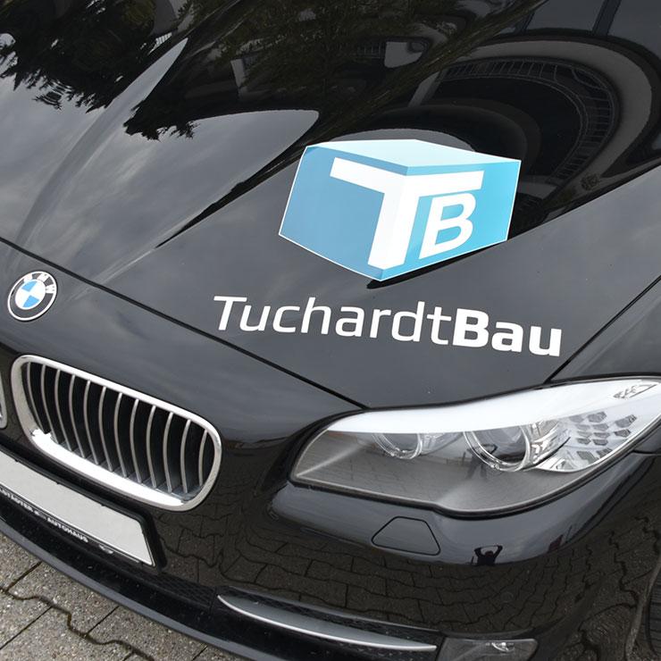 Firmenbranding aus digital bedruckter Folie und computergeschnittenem Schriftzug.