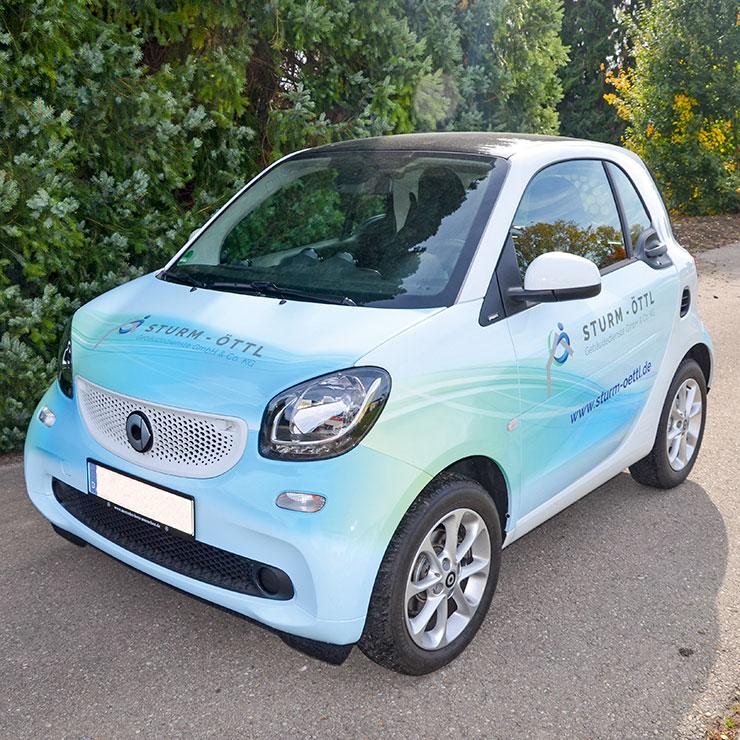 Ansprechendes, auffälliges Fahrzeugdesign umgesetzt auf gegossener PVC-Folie.