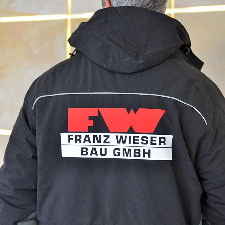 Beschriftung von angelieferter Berufs- und Arbeitskleidung.