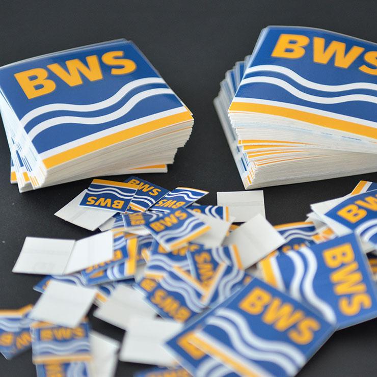 Wasserfeste, robuste Siebdruckaufkleber mit geschlitztem Trägerpapier zum einfachen Ablösen.