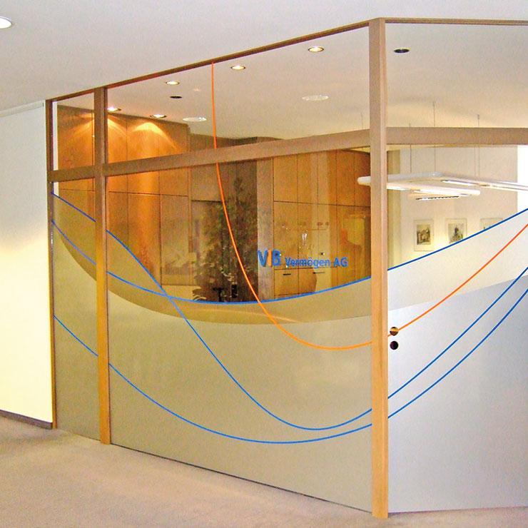 Glasdekorfolie kombiniert mit grafischen Elementen und Firmenlogo