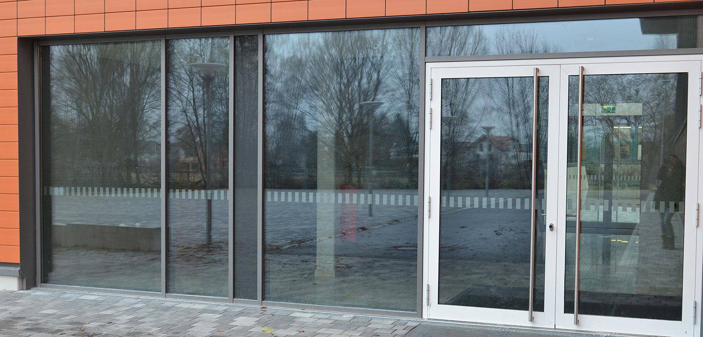 Kenntlichmachung der Glasfläche mit Klebefolie.