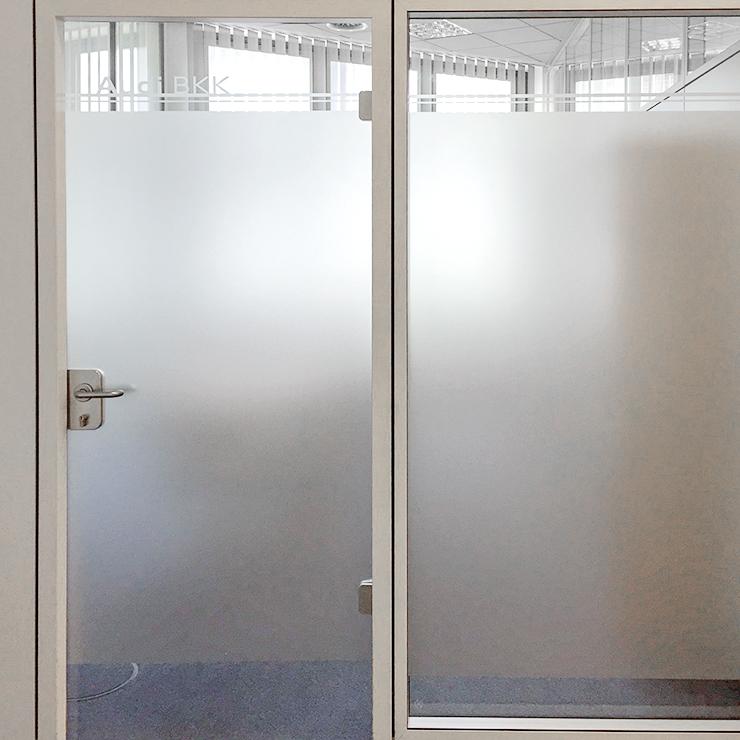 Kennzeichnung von Büroräumen mit Firmenlogo, blickdicht und lichtdurchlässig.