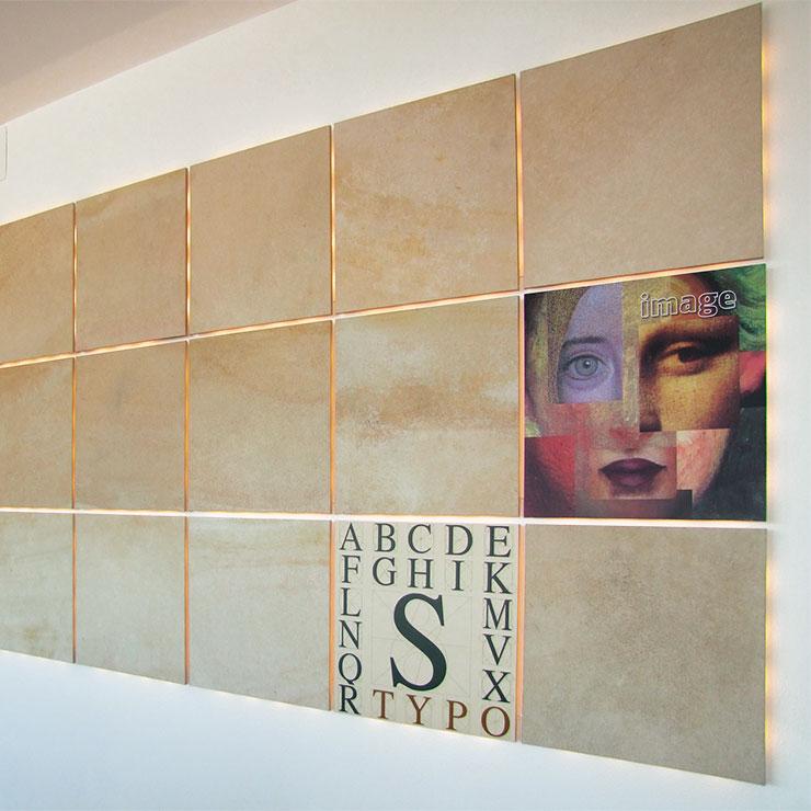 Wanddekoration aus digital bedruckten Hartschaumplatten kombiniert mit Natursteinplatten - alles mit LED Hinterleuchtung.