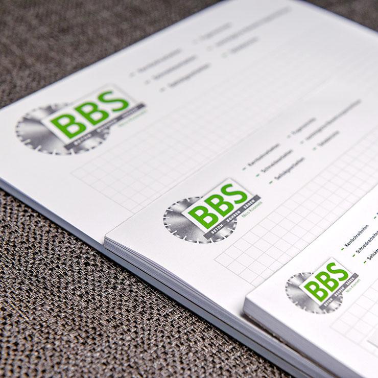 Farbgetreue Umsetzung von Logo und CI auf Blöcken und Auftragsbüchern.