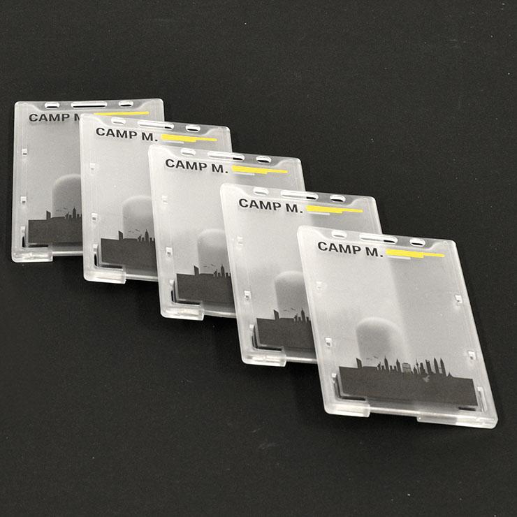 Kartenhalter für Mitarbeiterausweise mit Firmenlogo bedruckt.
