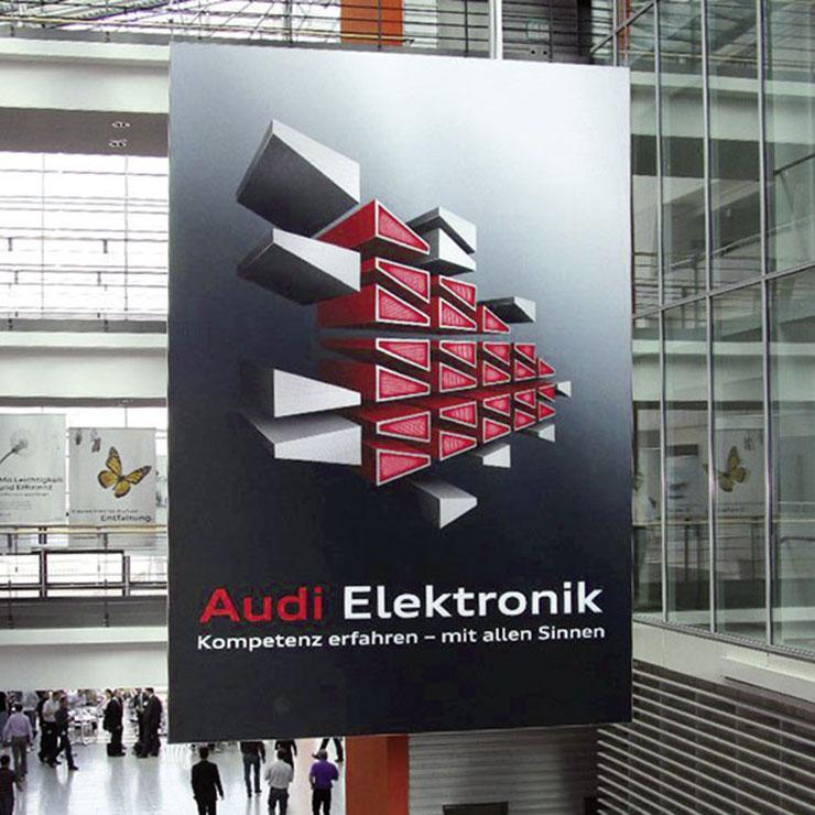 Großformatiges Display mit Branschutzzertifikat B1 für Hallen und Eingangsbereiche.