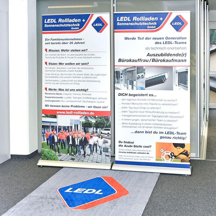 Premium-Roll-Ups in verschiedenen Größen lieferbar, kombinert mit bedrucktem Teppich.